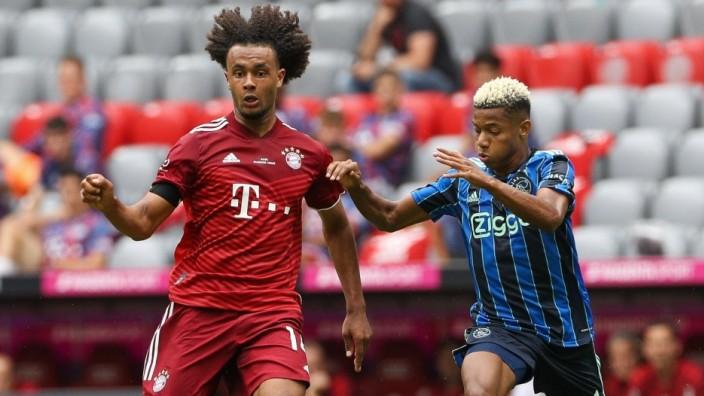 l-r: im Zweikampf, Aktion, mit Joshua Zirkzee 14 (FC Bayern Muenchen) und David Neres 7 (Ajax Amsterdam), FC Bayern Mue