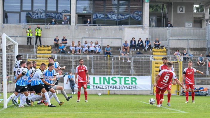 Freistoß für Würzburg von der 5-Meter-Linie im Strafraum der Löwen, Marvin Purie (Würzburger Kickers, 9) legt für Fanol