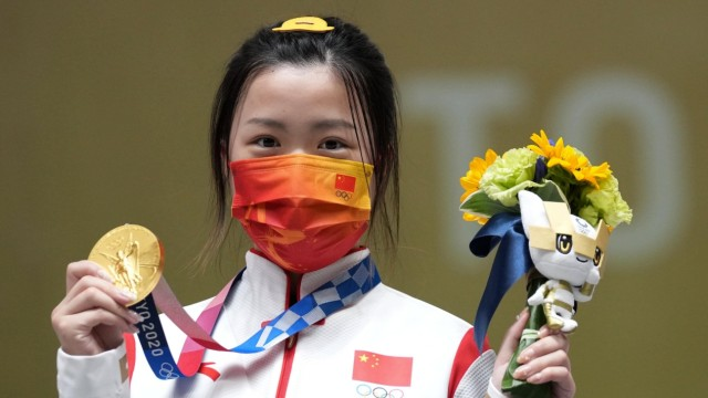 (210724) -- TOKYO, July 24, 2021 -- Yang Qian of China poses during the awarding ceremony after the Tokyo 2020 women s