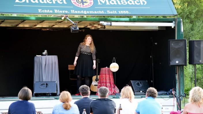 "Kabarett: Franziska Wanninger beim ""Volksfest bei Dir"" der Brauerei Maisach"