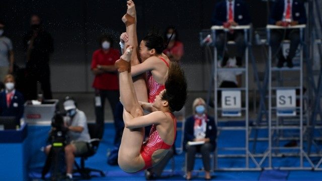 (210725) -- TOKYO, July 25, 2021 -- Shi Tingmao (front) and Wang Han of China compete during the women s synchronised 3