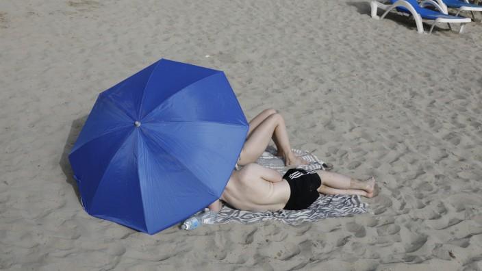 Urlaub in Spanien: Gäste am Strand von Paguera auf Mallorca