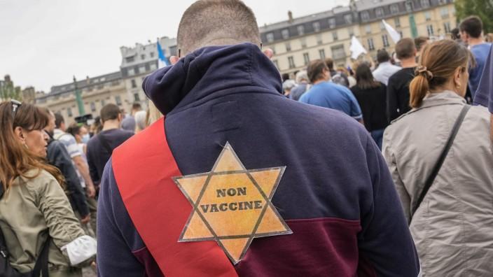 Impfgegner: In ganz Frankreich gehen die Menschen auf die Straße, zum Teil mit kruden Verschwörungstheorien und Nazi-Vergleichen wie hier in Paris.