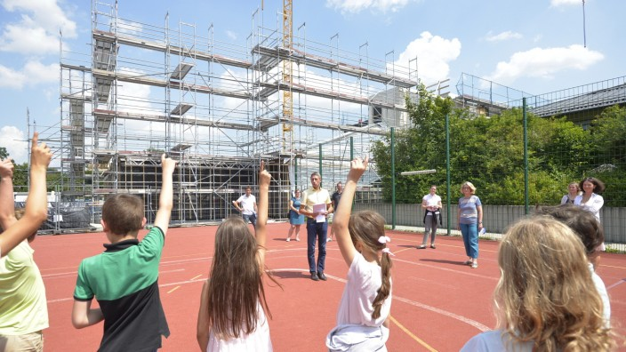 Unterschleißheim: Treffen am Neubau des Caritas-Kinderhorts: Bürgermeister Christoph Böck beantwortet Fragen.