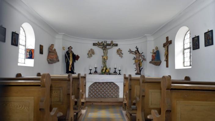 Vorausgeschaut: Das wird diese Woche wichtig: Der Heilige Leonhard links und der Heilige Sebastian rechts: Die St.-Anna-Kapelle in Oedenstockach ist ein symbolträchtiger Ort.