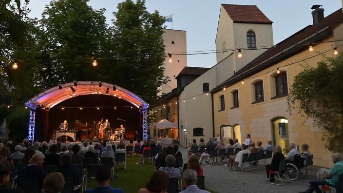 """Grünwald: Das hatte was: Am Freitag fand die """"Big Swing Party"""" im Grünwalder Burginnenhof in perfekter Sommerabend-Atmosphäre statt."""