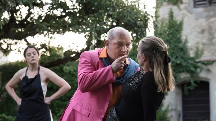 """Theater: Entgleiste Eheanbahnung: Amara Palacios, Thomas Blasig und Åsa Ågren in der Starnberger Version des """"Heiratsantrags""""."""