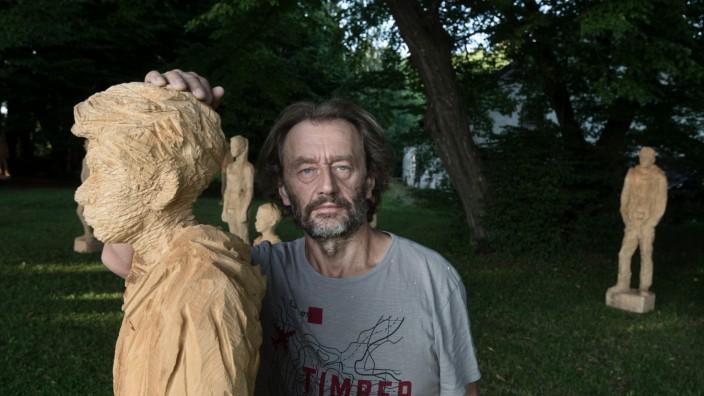 Kunst: Kunst mit Kettensäge und Beil: Jozek Nowak neben einer seiner neuen Skulpturen.