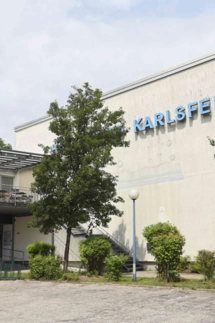 Hallenbadsanierung in Karlsfeld: Die Sanierung des Hallenbads bereitet den Politikern Sorgen.