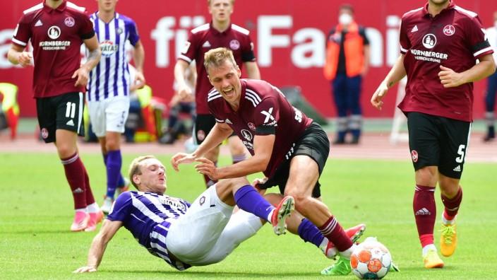 25.07.2021, xbrx, Fussball 2.Bundesliga, 1. FC Nuernberg - FC Erzgebirge Aue emspor, v.l. Foul, wurde-hat gefoult, liegt