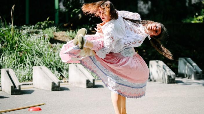 GRÖBENZELL: Tanztheater von Laura Saumweber & Paula Niehoff