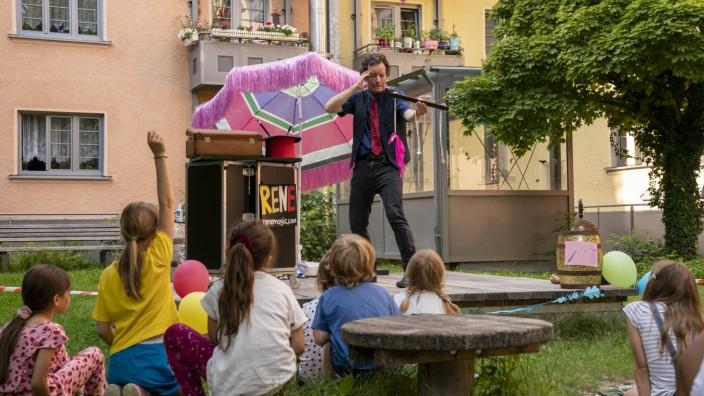 Sendling-Isarvorstadt: Zauberer René Frotscher lässt gerade kein Kaninchen aus dem Zylinder hüpfen, ist aber so lustig, dass die Kinder viel lachen.