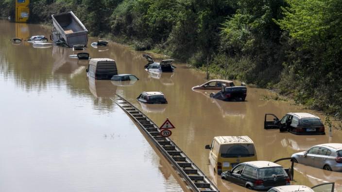 Hochwasserkatastrophe in Nordrhein-Westfalen und Rheinland-Pfalz. Der Blick von einer Brücke bei Erftstadt aus auf die