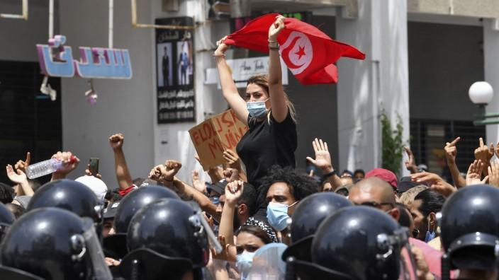 Mit der Nationalflagge gegen die Regierung: Protestierende vor dem Parlament in Tunis am Sonntag.