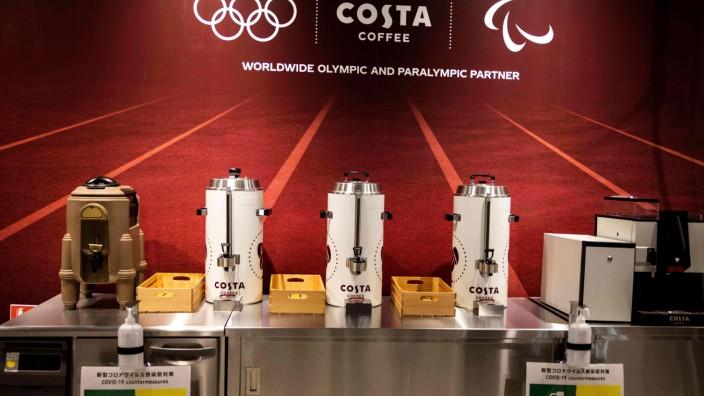 Glosse: Eine Station wie ein Rettungsring: Wo Kaffee ausgeschenkt wird, sind Journalisten meist nicht weit. Auch bei den Tokio-Spielen ist das so.