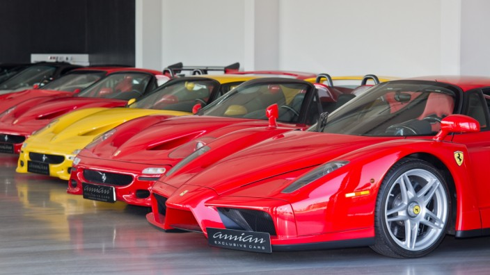 Luxusautohändler im Interview: Im Showroom von Amian Exclusice Cars in Köln-Marsdorf parkt ein Ferrari neben dem anderen.