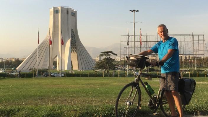 Radfahren: Der Münchner Peter Harnisch (hier 2019 in Teheran) verreist gerne mit dem Fahrrad. In diesem Sommer will er nach Baku - trotz Corona und einer schwierigen Visa-Situation
