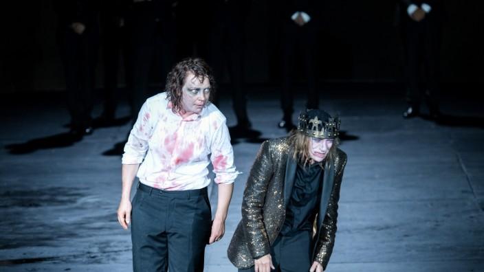 Salzburg: Heul doch: Lina Beckmann als Richard III. mit männlicher Unhold-Physiognomie (links), Kate Strong als Edward IV. und Herzogin von York.