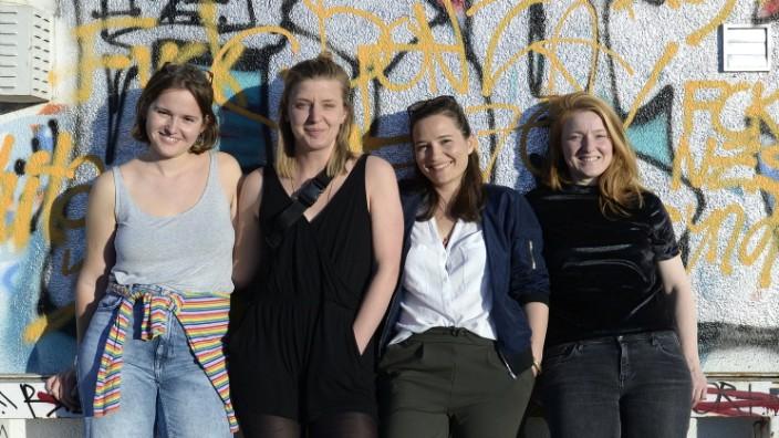 """Feminismus: Miriam Wagner, Sandra Lüders, Daniela Zwicklbauer und Lisa Saumweber (von links) haben das feministische Sexshop-Kollektiv """"Consent Calling"""" gegründet."""