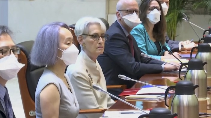 US-Delegation in Tianjin: Auf schwieriger Mission: US-Vize-Außenministerin Wendy Sherman in China (Mitte).