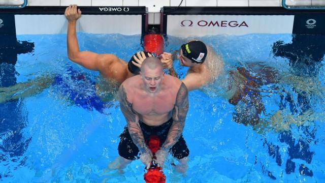 Olympia in Bildern: Bewegungslos auf der Leine: Adam Peaty zelebriert seinen Olympiasieg über 100 Meter Brust auf seine Art.
