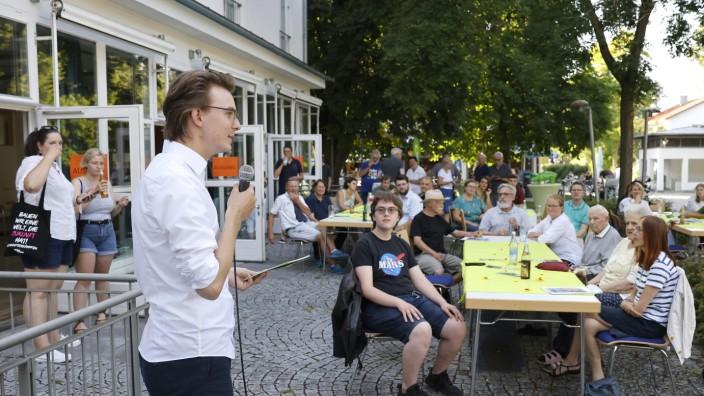 Grünein Eching: Vor über 40 Interessierten stellte Grünen-Bundestagskandidat Leon Eckert zum Wahlkampfauftakt in Eching sein Programm vor.