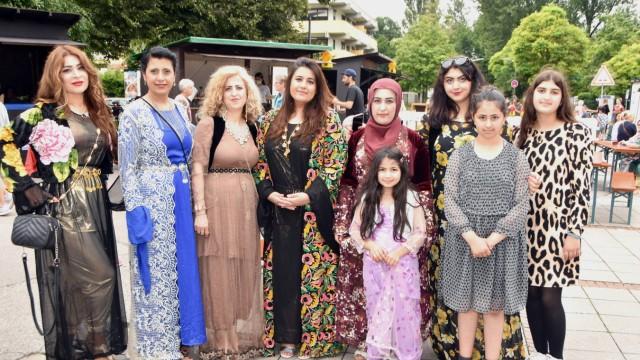 Puchheim: Präsentation von Trachten aus dem Kurdengebiet im Irak (Zweite von links: Quartiersmanagerin Aveen Khorschied).