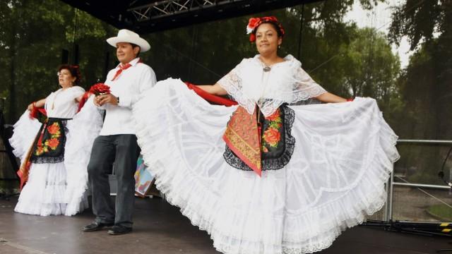 Puchheim: Teresa Bielmaier führt gemeinsam mit Freunden mexikanische Tänze vor.