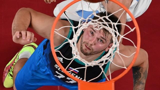 Olympia in Bildern: Blick in den Korb: Der Slowene Luka Doncic.