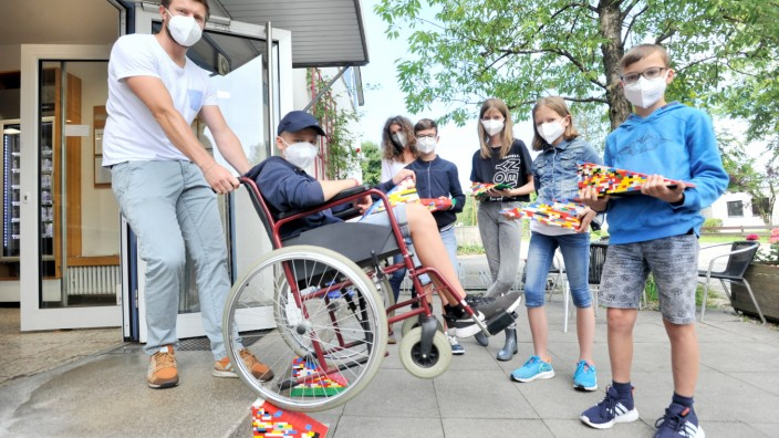 Gauting : Bäckerei Cramer - Schulaktion barrierefreies Gauting mit selbstgebauten Legorampen