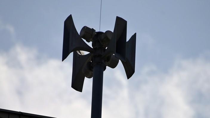 Katastrophenschutz: Die Sirene auf dem Ottobrunner Feuerwehrhaus kann auch vor Katastrophen warnen.