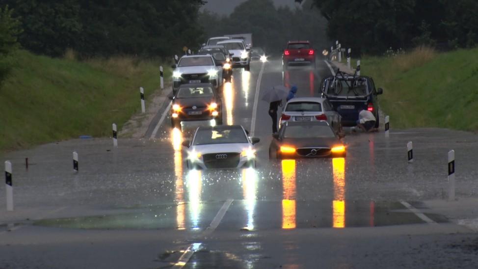 ID 356 Katastrophale Unwetter in Bayern am Montagabend. Die Unwetterserie reißt in Südbayern einfach nicht ab. Eine gefä