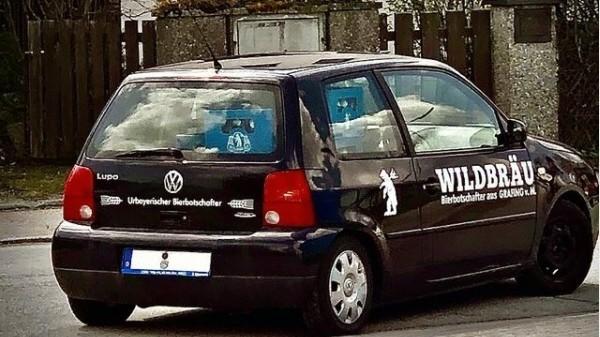 Ein von Wildbräu mit Botschaften und Bier versehenes Auto