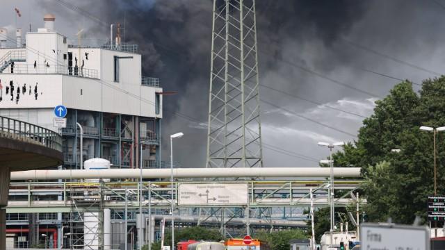 Rauchwolke über Chempark Leverkusen