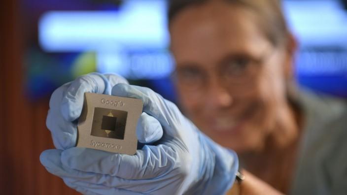 Eine Weltsensation - zumindest für Computerspezialisten - auf zwei Mal zweieinhalb Zentimetern: der Quantenprozessor Sycamore.