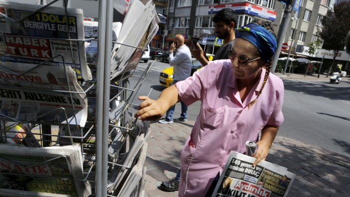 Türkei: Ein Kiosk mit diversen türkischen Zeitungen