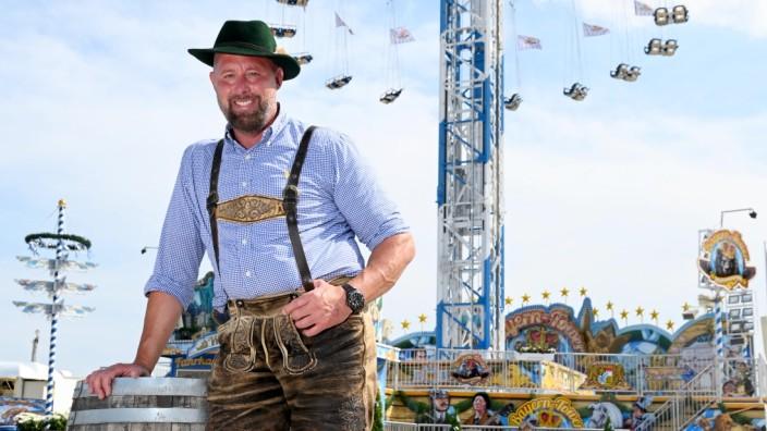 """Schausteller Egon Kaiser hat eine harte Zeit hinter sich. Kurz vor dem Beginn der Corona-Pandemie investierte er viel Geld in den Bayern Tower, der nun für den """"Sommer in der Stadt"""" auf der Theresienwiese aufgestellt ist."""