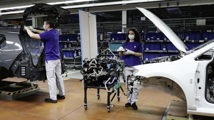 Steuerdebatte: Montage bei Volkswagen: Hofmanns Vorschlag für steuerliche Entlastungen bei einer Vier-Tage-Woche stieß bei den Arbeitgebern auf wenig Gegenliebe.