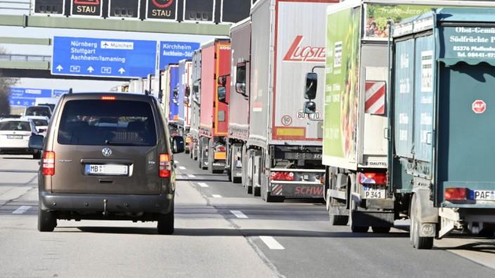 Verkehr zu Ferienbeginn: Stau auf der A 99 - das dürfte vielen Autofahrern wieder drohen, wenn nun die Ferien beginnen.