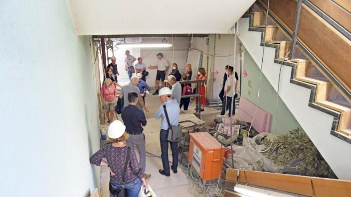 Germering: Stadträte aller Fraktionen und Oberbürgermeister Andreas Haas lassen sich vom Architekten über die Baustelle führen.