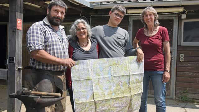 Mittelstten: Auf einer Karte hält Kuttenkeuler seine Einsatzorte fest. Martin Rest (von links), Mutter Petra und Therapeutin Lucia Gattermann unterstützen ihn.