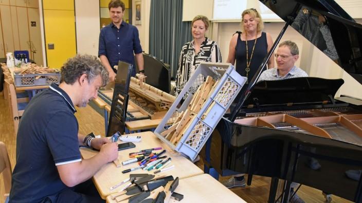 Germering: 85 Tasten eines alten Klaviers signiert der Startenor Jonas Kaufmann für den guten Zweck.