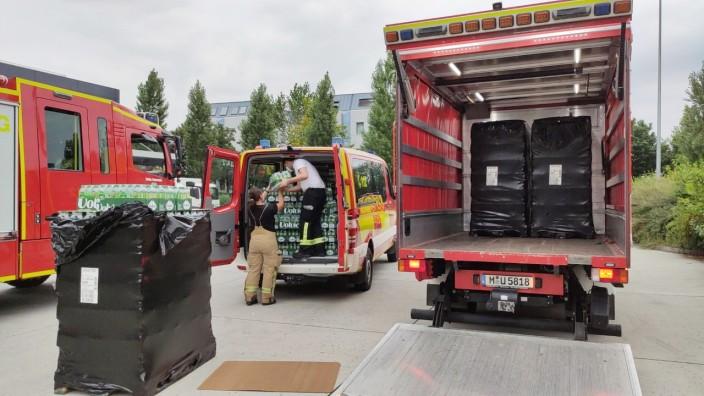 Trinkwasserversorgung: Feuerwehr und Rotes Kreuz sind schnell bereit. Innerhalb kurzer Zeit werden am Montag Kindergärten und Schulen mit Trinkflaschen versorgt.