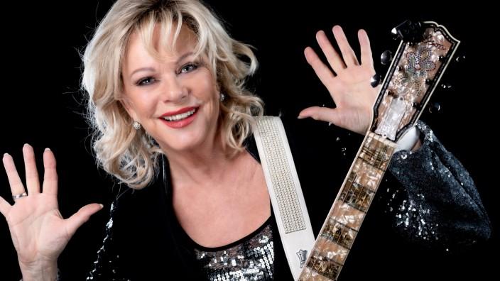 Kabarett: Hallo, nicht erschrecken: Es ist nur die gute, alte Lisa Fitz, die sich mit Gitarre auf die Reise in ihre lange Kabarett-Vergangenheit macht.