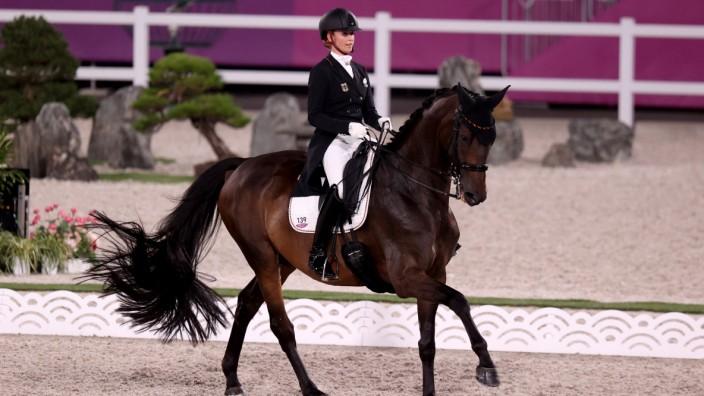 Dressur bei Olympia 2021: Jessica von Bredow-Werndl auf ihrem Pferd Dalera