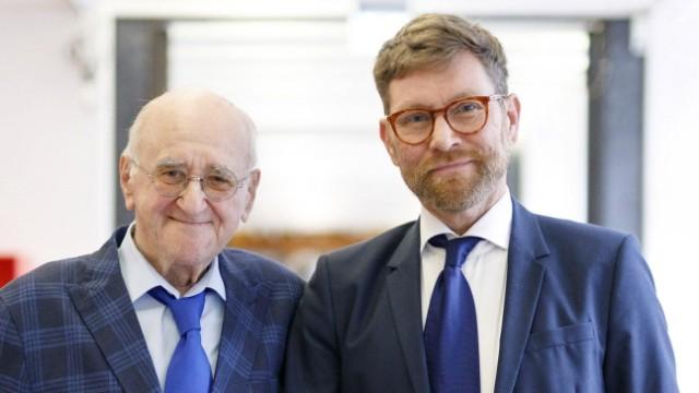 Anlässlich seines 86. Geburtstags am 10. Juli 2020 überlässt Alfred Biolek in Begleitung seines Adoptivsohn Scott Biole