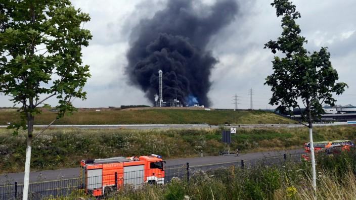 Leverkusen: Eine Rauchwolke steigt nach der Explosion über Leverkusen auf. Das Umweltamt warnt einen Tag nach der Explosion vor giftigen Dioxin-Verbindungen