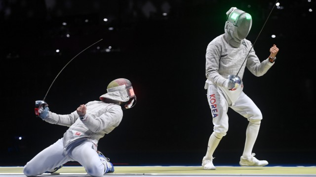 (210728) -- TOKYO, July 28, 2021 -- Matyas Szabo (L) of Germany scores from Kim Junghwan of South Korea during the fenc; Olympia