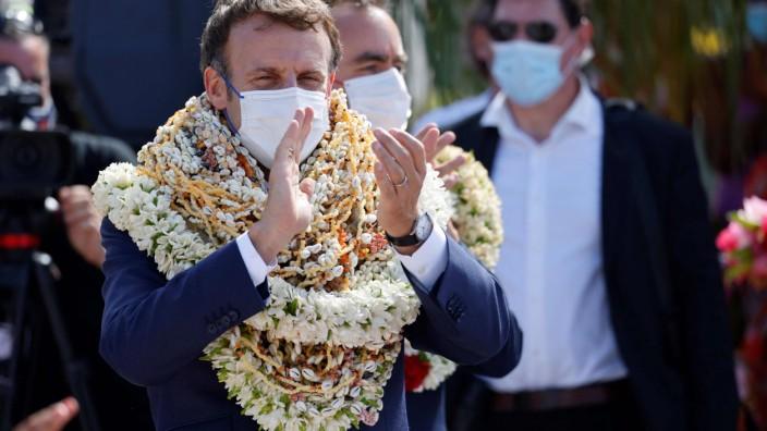 Frankreichs Präsident Macron: Bunt beschmückt: Emmanuel Macron bei seiner Ankunft in Französisch-Polynesien.