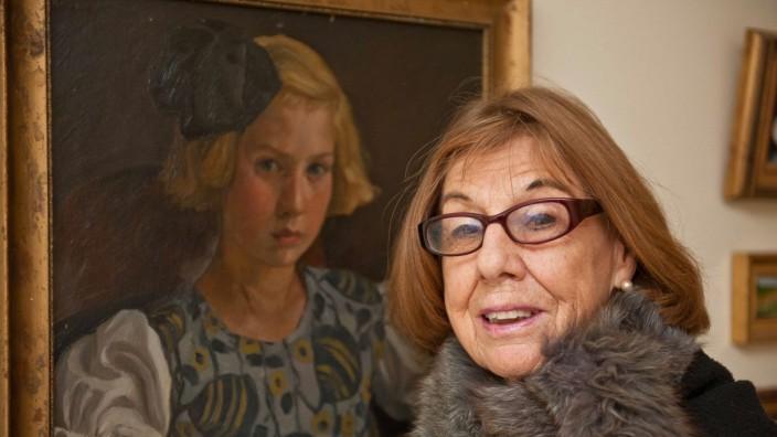 Ebersberger Stadtgeschichte: Geschichte und Kunst, diesen beiden Dingen gilt die Leidenschaft von Antje Berberich. Dieses Foto zeigt die Ebersbergerin vor einem Porträt ihrer Mutter.